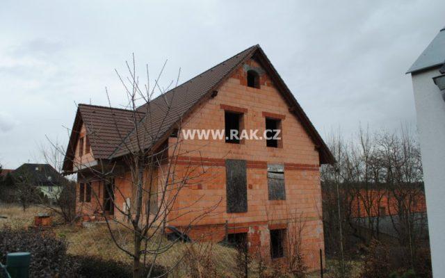 foto Pozemky v obci Únětice, výměra celkem 2.676 m2 s rozestavěnou stavbou penzionu
