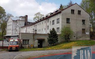 foto Rozsáhlý komerční areál – dílny, sklady, garáže, kanceláře, užitná plocha cca 3.200 m2, pozemek 7.948 m2, Jindřichův Hradec
