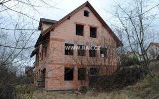 foto Pozemky vobci Únětice, výměra celkem 2.676 m2 srozestavěnou stavbou penzionu