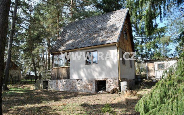foto Dřevěná chata 3+kk sverandou, příslušenstvím avedlejší stavbou, pozemek 1.031 m2, obec Stříbrná Skalice, okr. Praha – východ