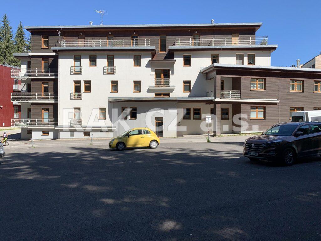 foto Elektronická aukce – Apartmán 1+kk – 27,67 m2, vlastní, vyhrazené parkovací stání, rozsáhlé nebytové prostory 60,83 m2, Harrachov, okr. Semily