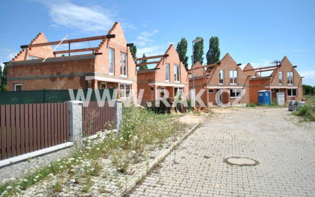 foto Novostavby samostatných, zděných rodinných domů 4+1, 106 m2, parkovací stání, pozemky od 298 – 471 m2, obec Býkev – okres Mělník
