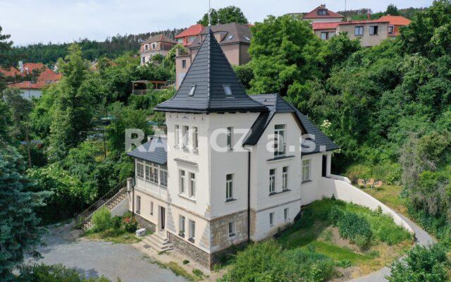 foto Prvorepubliková vila spěti byty, terasou averandou, 338 m2, pozemek 2.000 m2, Praha 5 – Radotín, ul. Prvomájová